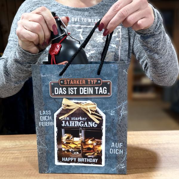 3-stk.-edle-Geschenktueten-Serie-Maenner-Starker-Typ-hochwertige-Geschenktaschen-mit-Glueckwunschkarte-und-Bast-Schleife-Geschenk-fuer-Maenner-AV-Andrea-Verlag-andrea-verlag.de-Model